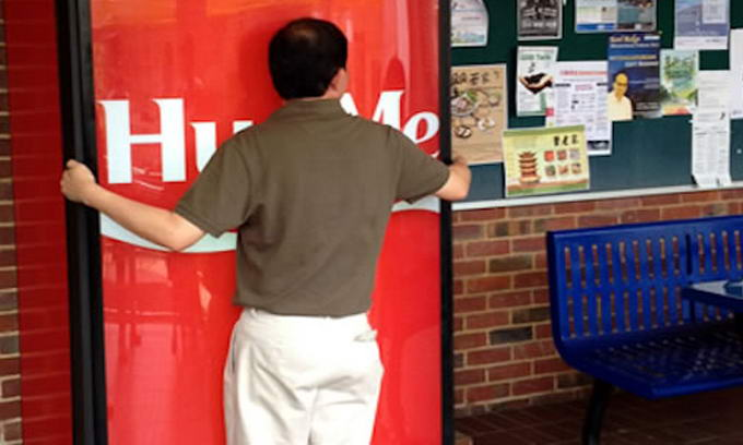Автомат видає газировку після «обнімашок»