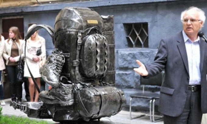 У Львові з'явився єдиний в світі пам'ятник рюкзаку