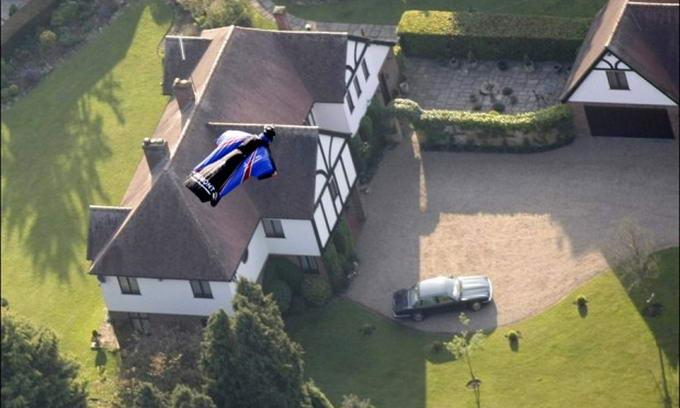 Британець стрибнув без парашута з висоти 700 метрів