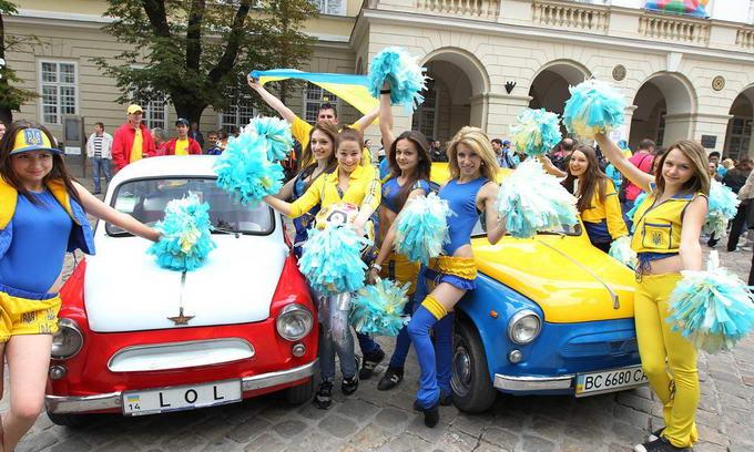 У Львові ретро-«Запорожці» безкоштовно возять фанів