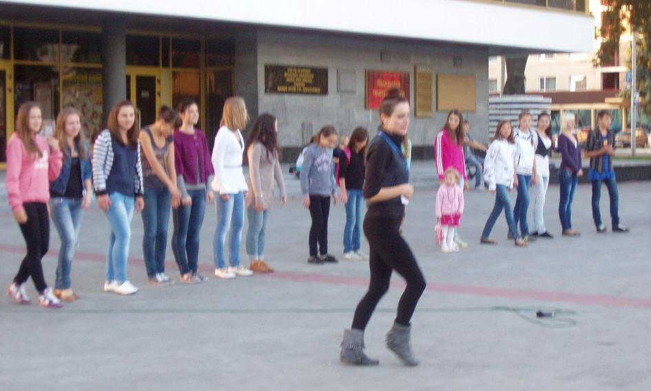 У Луцьку всіх охочих вчать танцювати прямо на майдані