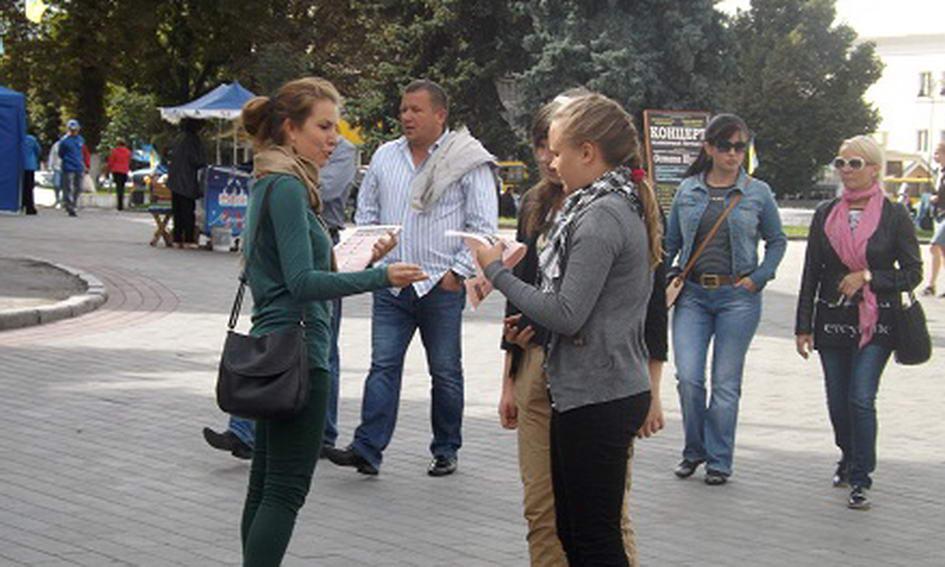 Волонтери попередили лучан про заборону реклами сигарет