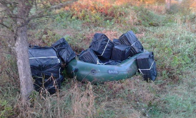 Поблизу кордону з Польщею затримали три човни та 41 ящик сигарет