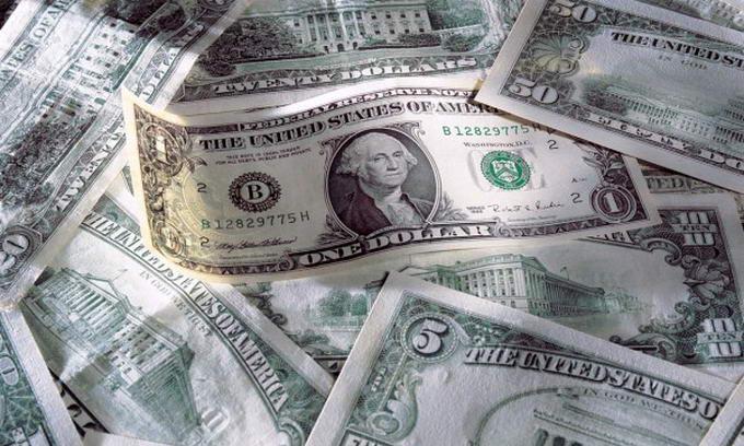 Українцям стає все важче купити долари