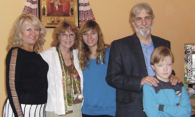 Американська родина всиновила двох українських дітей і переїхала жити у Рованці