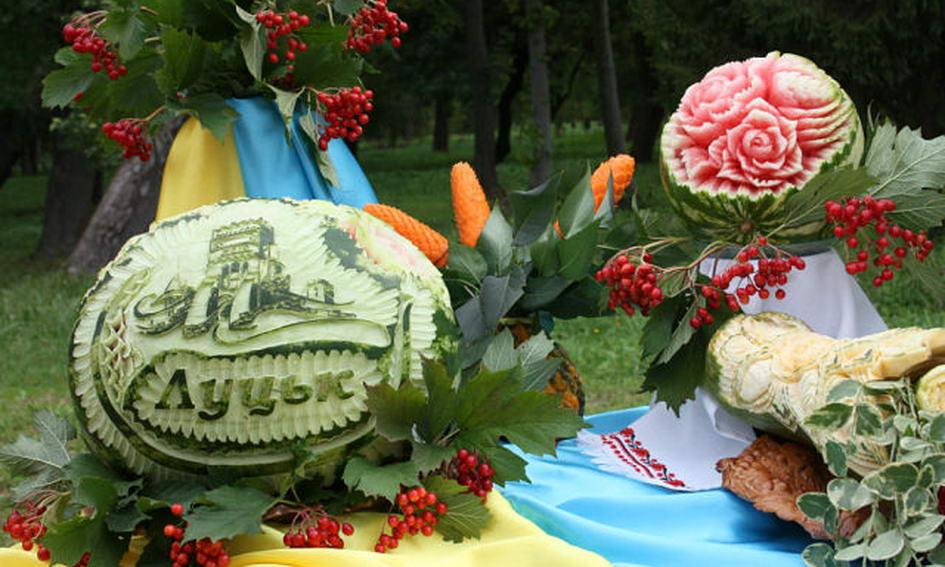 У руках лучанки з кавунів і гарбузів проростають квіти
