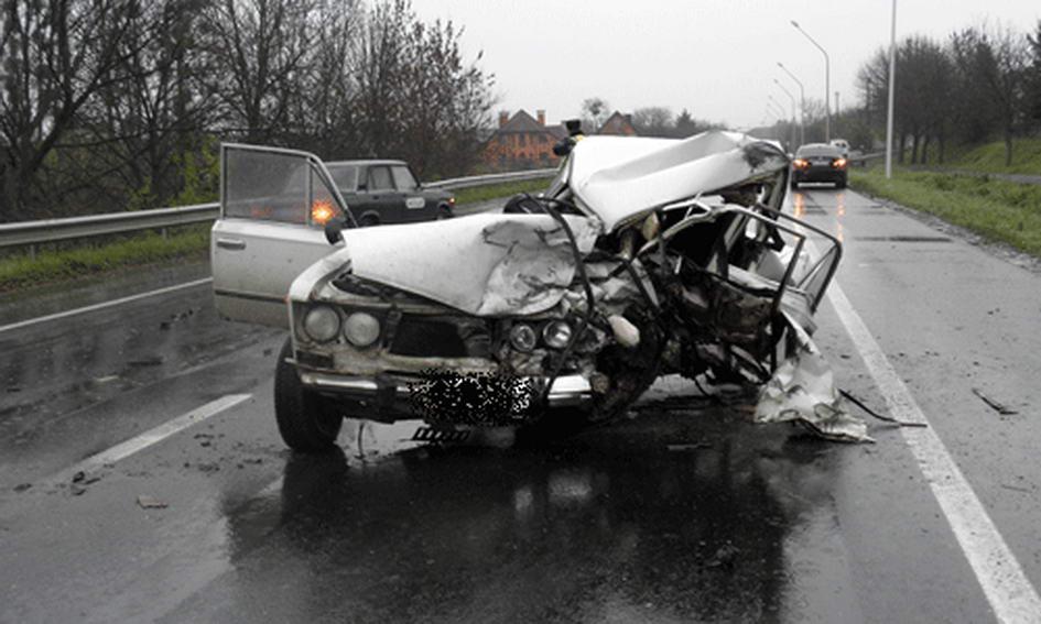Внаслідок лобового зіткнення водій загинув, а пасажир травмований