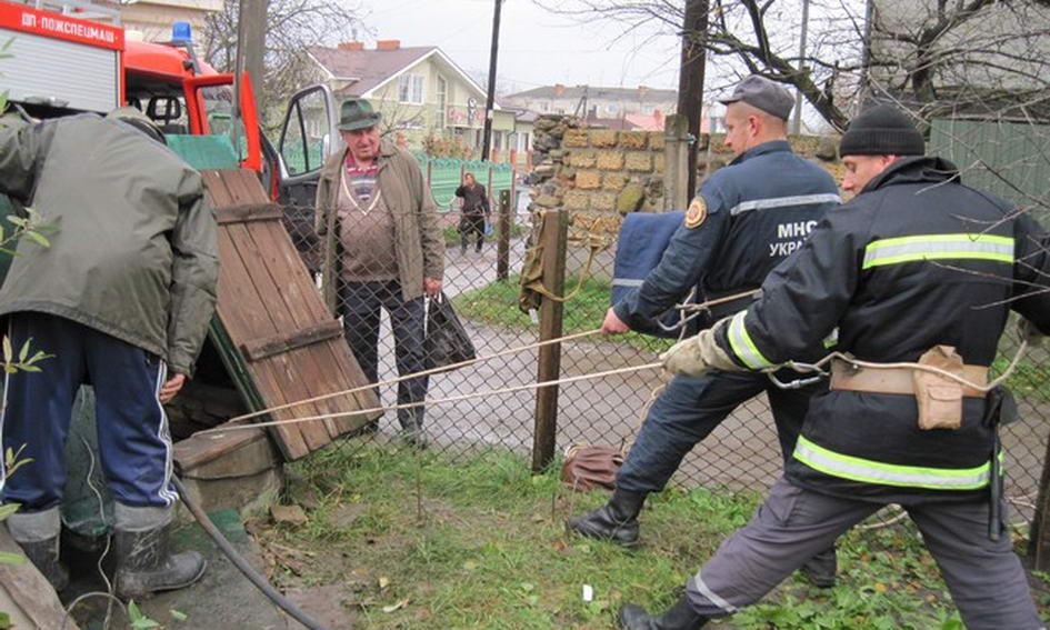 У Володимирі-Волинському рятувальники витягли з 15-метрової криниці кошеня