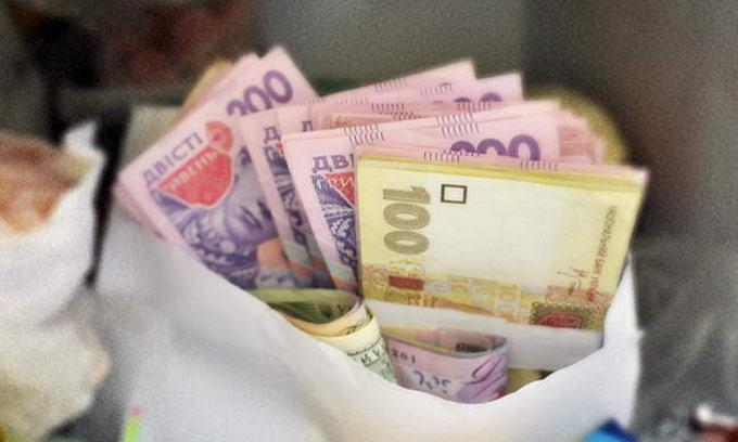 Грошові перекази з-за кордону видаватимуть лише в гривні