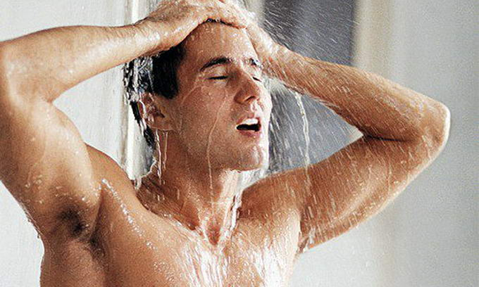 мужчины моются в души