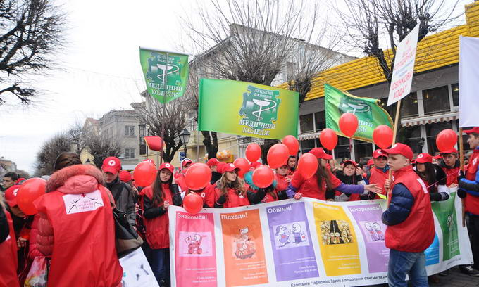 У Луцьку відбулась свічкова хода в честь Дня боротьби зі СНІДом