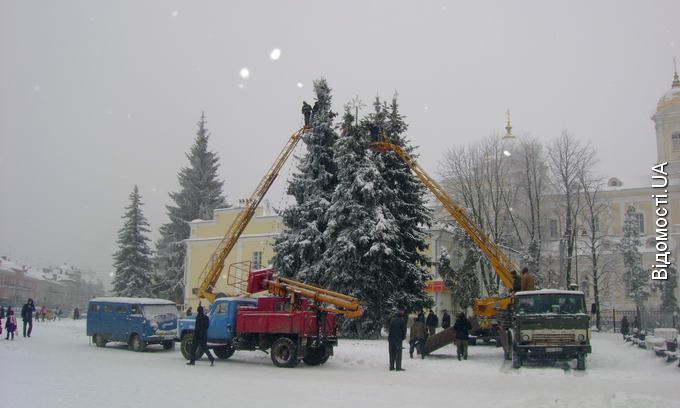 Сьогодні у Луцьку розпочали прикрашати новорічні ялинки