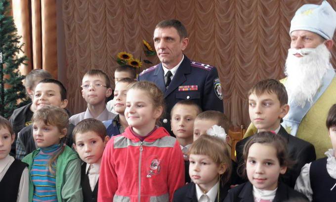 Працівники ДАІ з нагоди Дня Святого Миколая привітали дітей