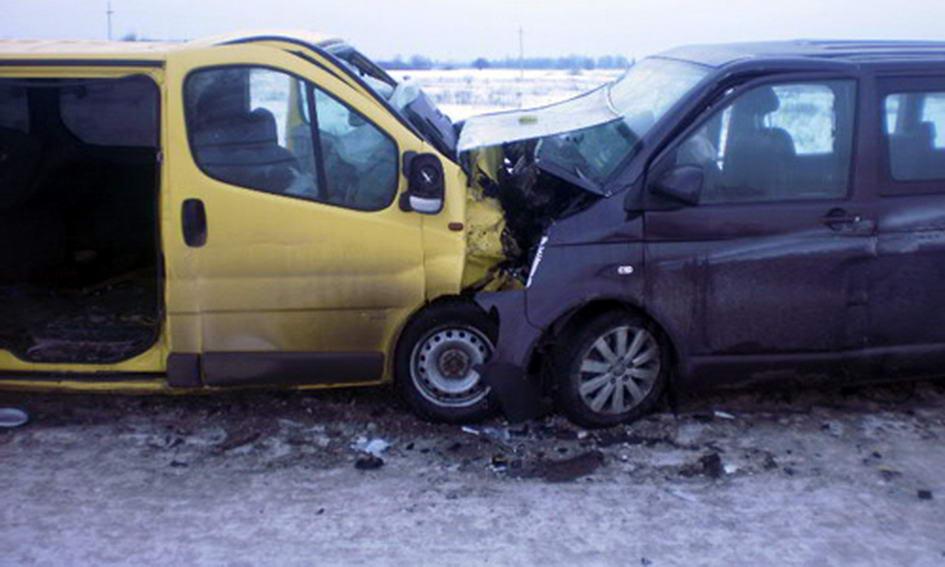 Внаслідок зіткнення двох мікроавтобусів водій загинув, а пасажири травмовані
