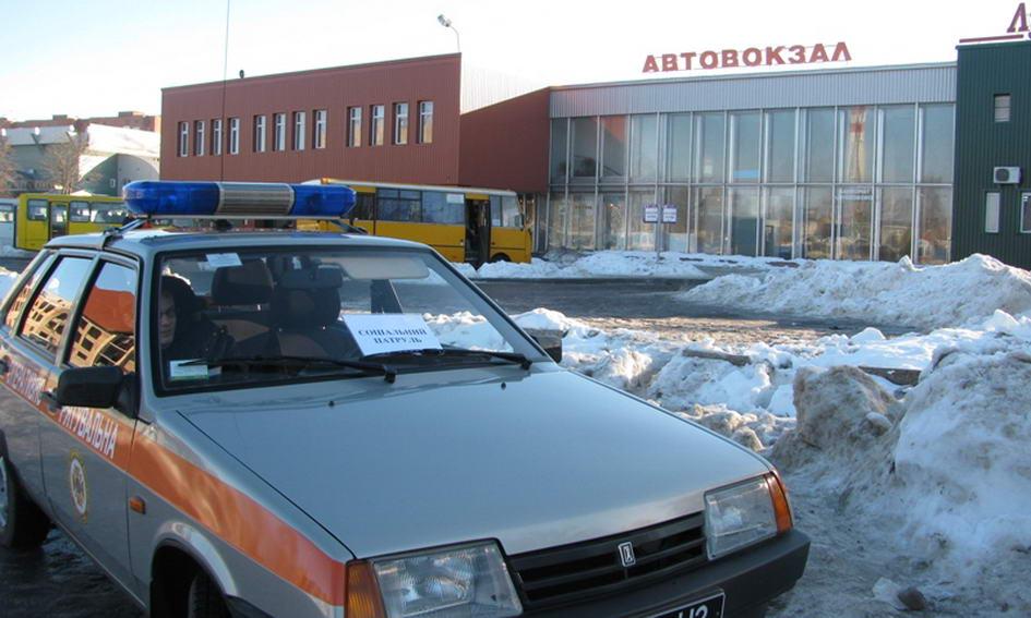 Соціальний патруль у Луцьку врятував чоловіка, який заснув на вулиці
