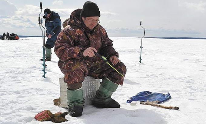 Попри небезпеку, охочих порибалити взимку не меншає