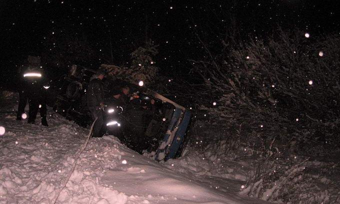 Рятувальники допомогли вибратися з кювету двом водіям вантажівок