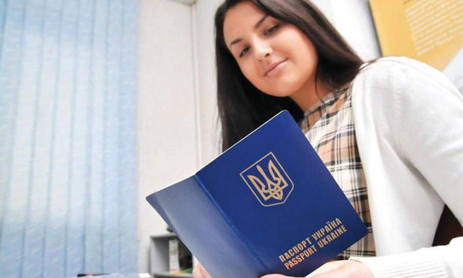 Міграційна служба наживається на видачі закордонних паспортів