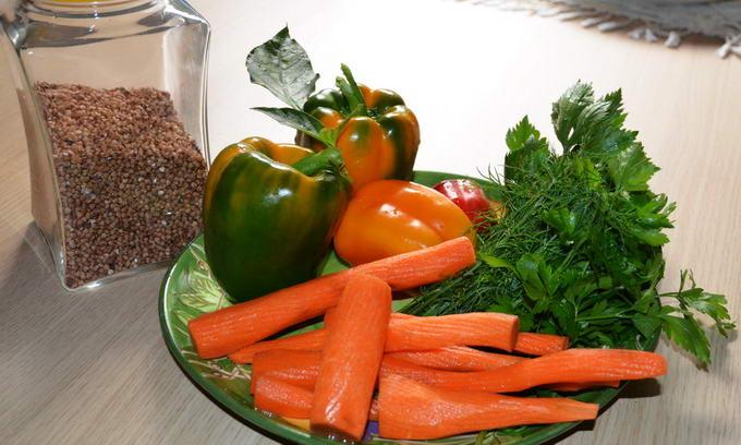 Азаров запевнив, що Україна не матиме проблем з гречкою і овочами