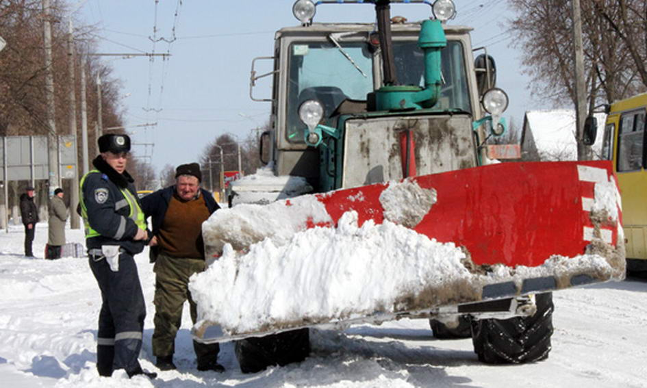 Волинські даішники витягали машини зі снігових пасток і поїли водіїв гарячим чаєм