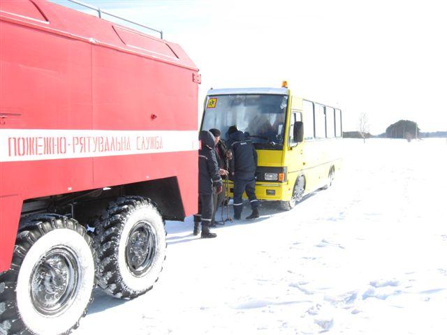 На вихідних рятувальники визволили зі снігу шкільний автобус