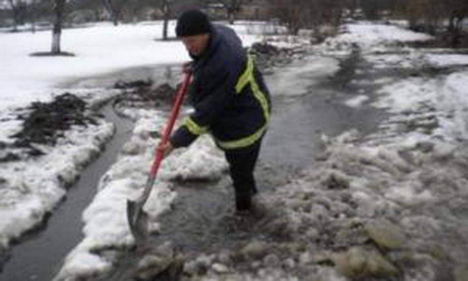 Волинські рятувальники за викликом відкачують талі води по всій області