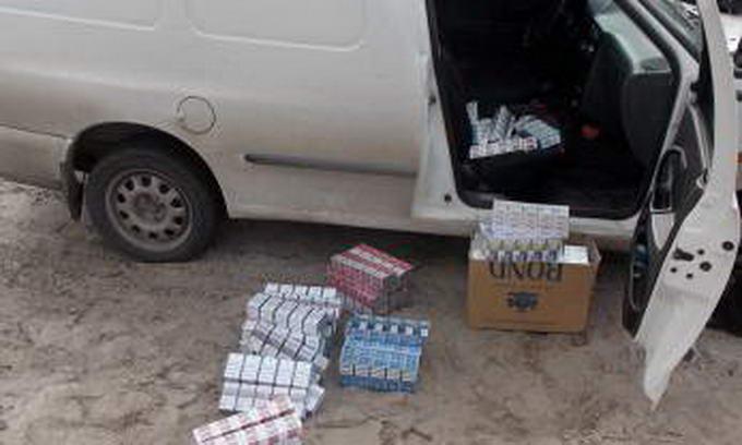 Прикордонники зупинили іномарку, під зав'язку запаковану сигаретами