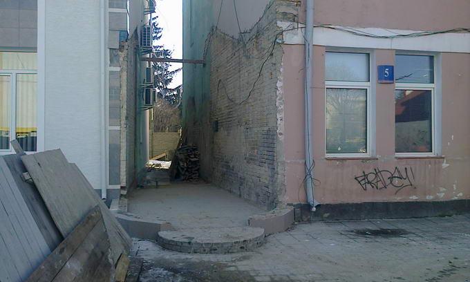 У Луцьку знесли самочинно зведену біля суду споруду