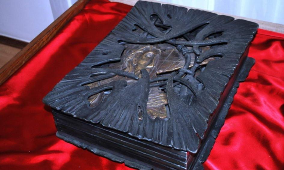 До Луцька привезли унікальну ковану книгу «Страсті Христові»