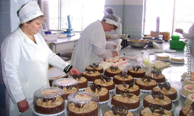 У сезон на «Луцьккондитері» за день виготовляють тонну тортів