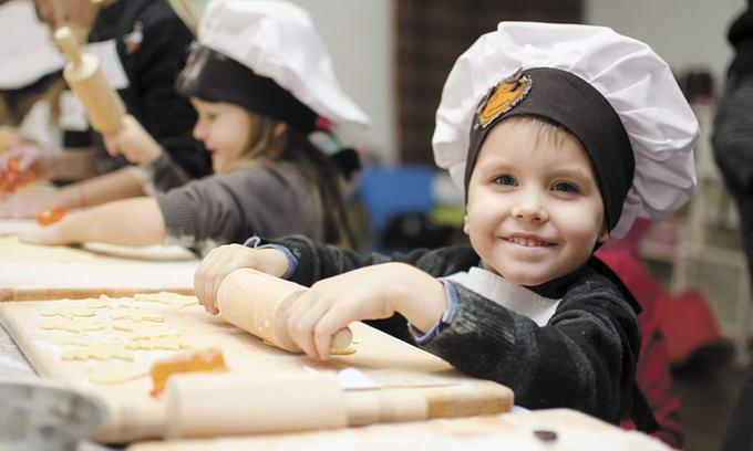 Маленькі лучани вчаться готувати у шеф-кухарів