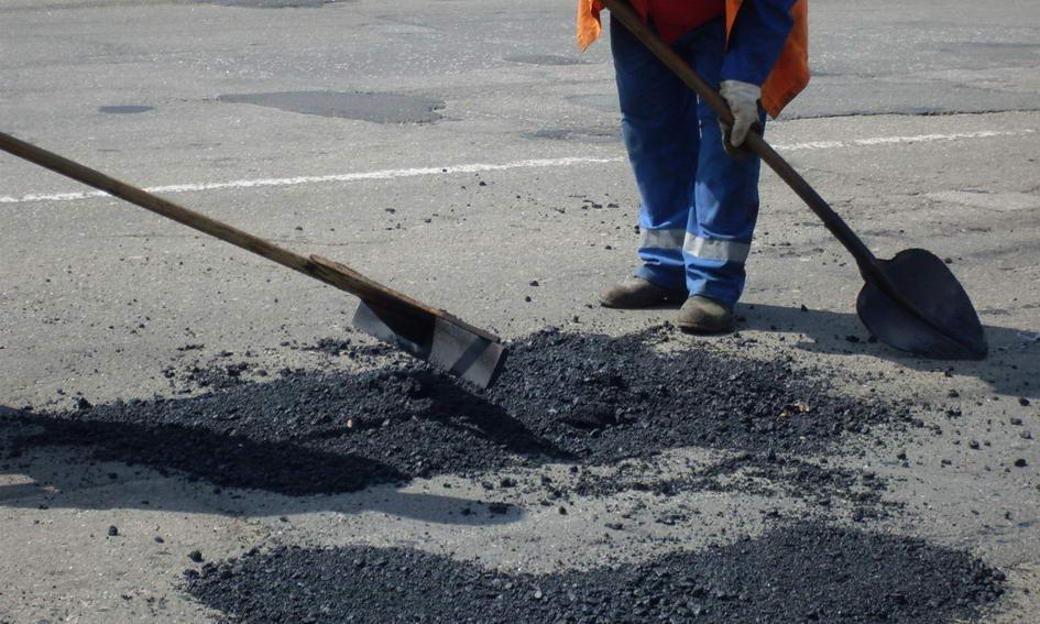 Щодня на ремонт волинських доріг витрачають до 500 тонн асфальту