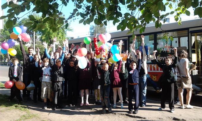Діток з особливими потребами привезли до школи на музичному автобусі