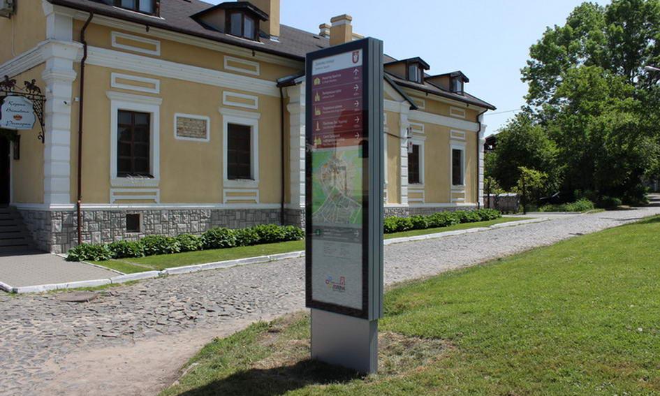 Вандали пошкодили один із туристичних пілонів у Луцьку