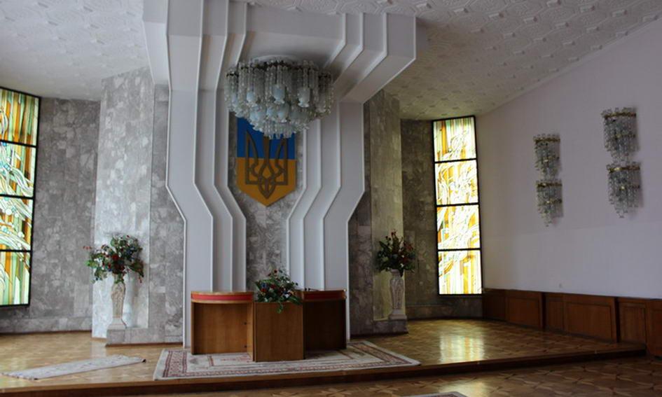У Палаці урочистих подій Луцька тече дах і обвалюється штукатурка
