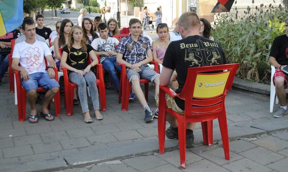 Лучани слухали лекцію про війська СС прямо посеред вулиці