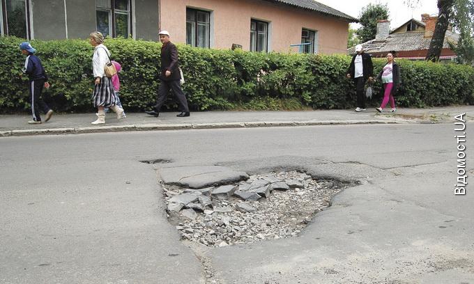До великих ям на дорогах луцьким комунальникам немає діла