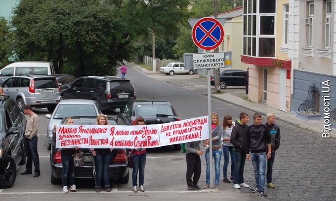 Підприємці у Луцьку протестують проти закриття їх торгових точок