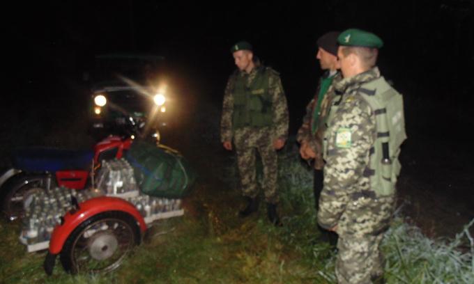 Волинянин мотоциклом доправляв у Білорусь ящики з горілкою та трикотаж