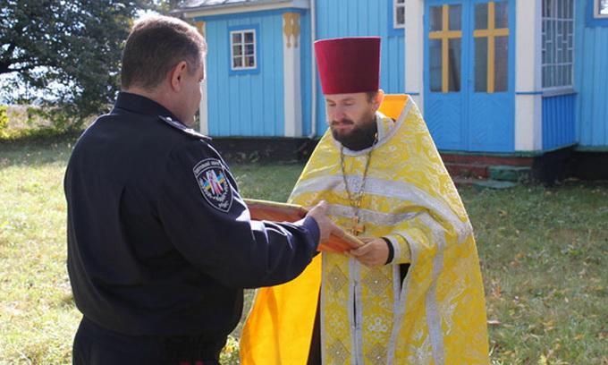 Правоохоронці повернули у храми викрадені ікони