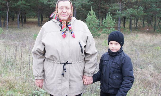 Бабуся з онуком вісім годин блукали у лісі, поки їх не знайшли лісівники