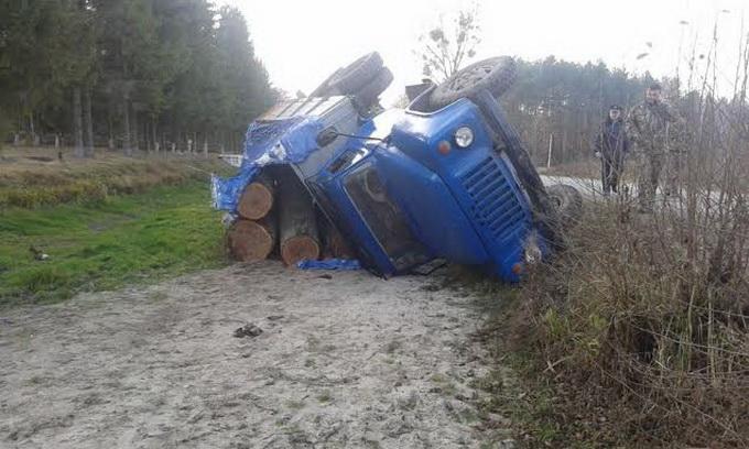 На Волині перекинулася вантажівка з краденим лісом