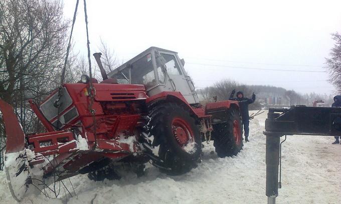 Вчора рятувальники весь день витягували зі снігу автотранспорт