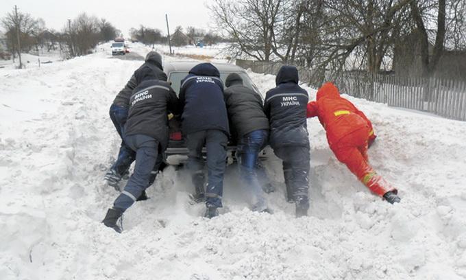 Волинські села відкопують від снігу