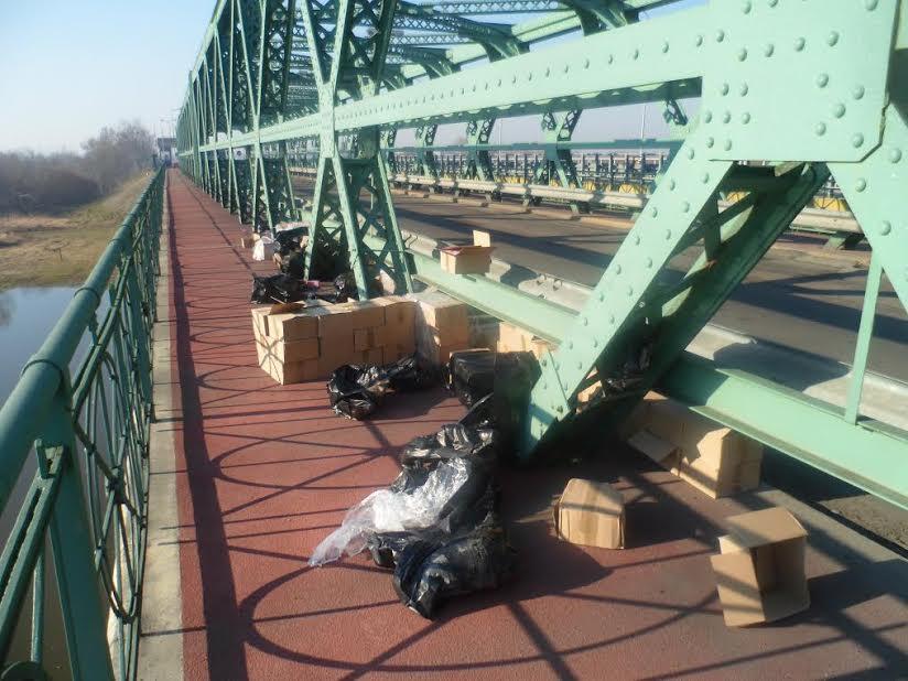 Понад 2 тисячі пляшок дитячого сиропу невідомі залишили на мосту