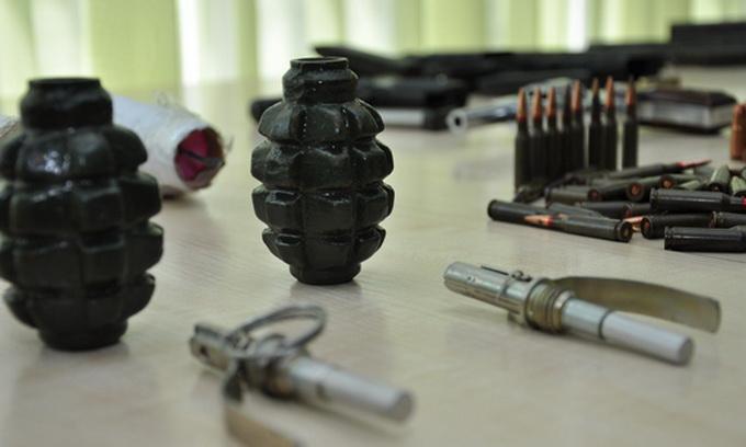 Цілий арсенал зброї виявили у чоловіка на Франківщині