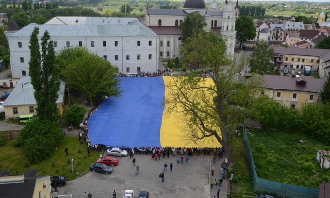 У Луцьку розгорнули найбільший прапор України в світі