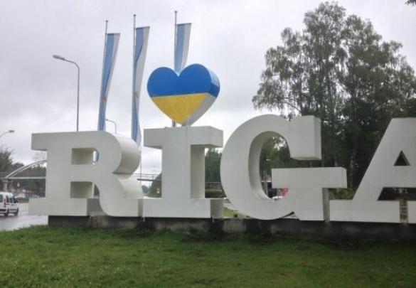 Рига зустрічає гостей українським прапором — невідомі розмалювали надпис
