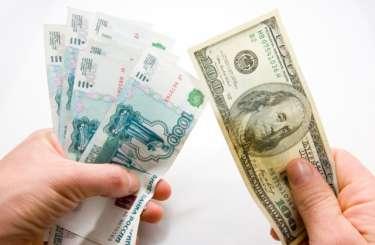 """Починають діяти санкції: рубль """"падає"""""""