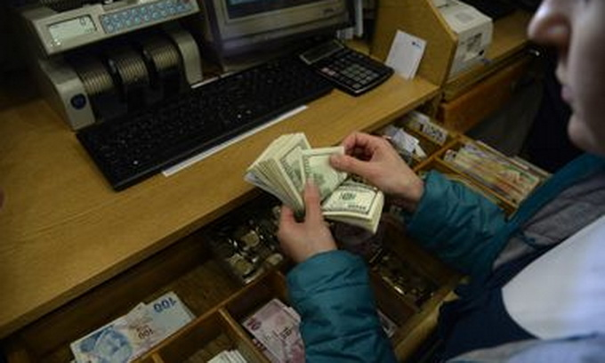 Долар в обмінниках злетів до «захмарних» 15 гривень